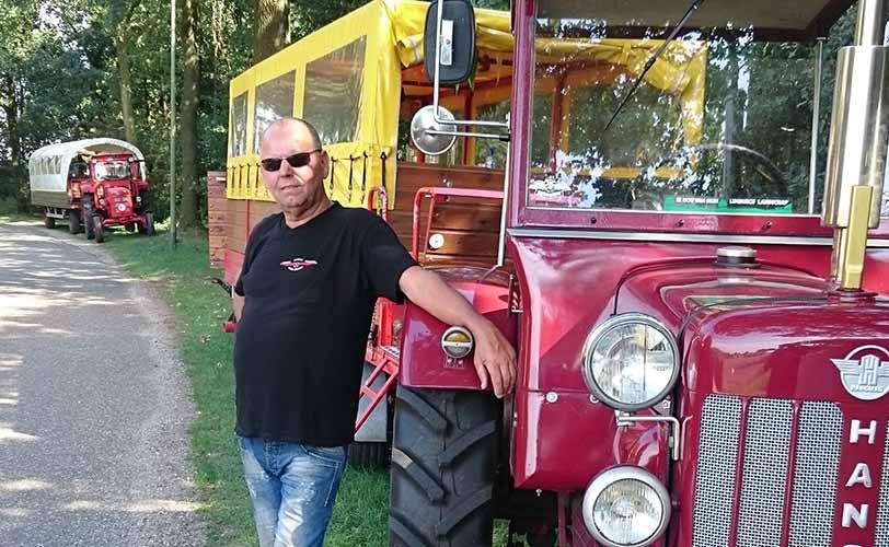 Tractor met huifkar met Sjonnie